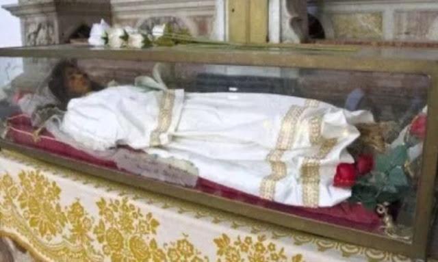 Δείτε το εντυπωσιακά άφθαρτο λείψανο της Αγίας Χριστίνας – Φωτογραφίες