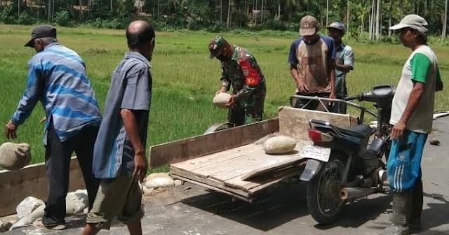 Babinsa Posramil Peusangan Siblah Krueng  Dan Masyarakat Kompak Perbaiki Jalan  Rusak