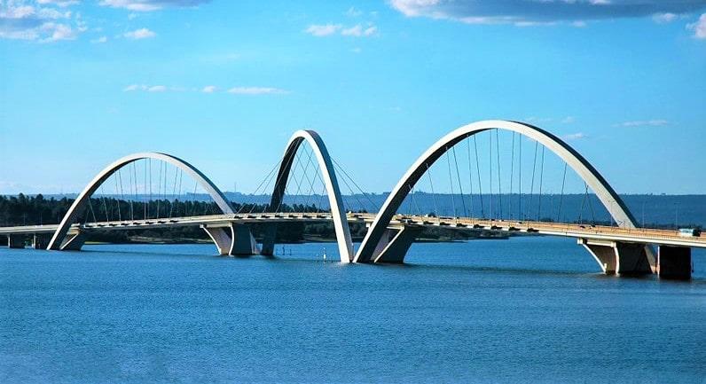 ponte com 3 arcos em um lago