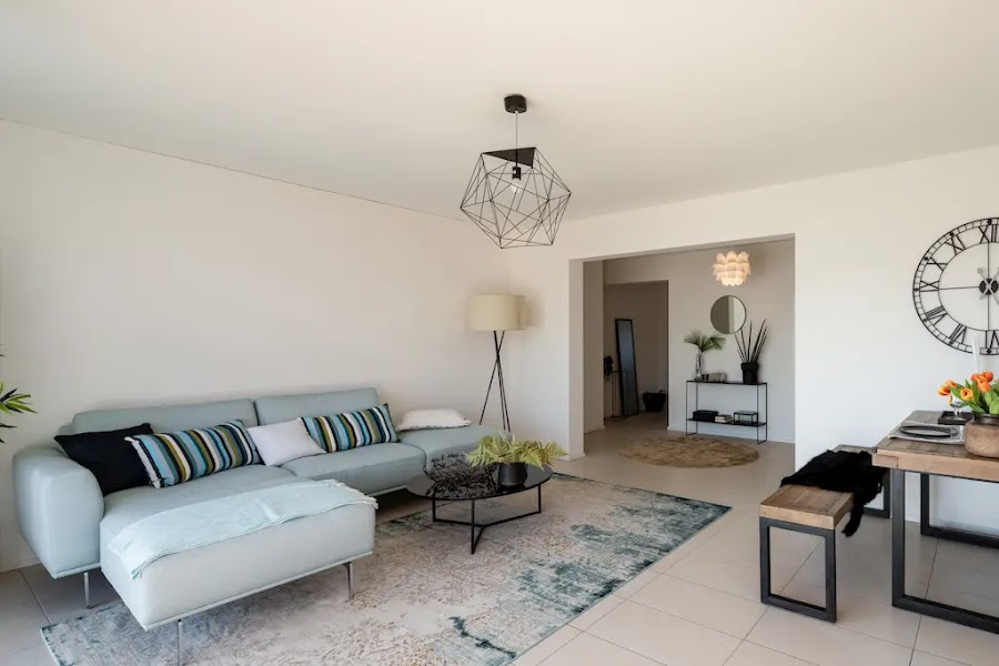 Salón con paredes blancas y sofá con chaiselongue