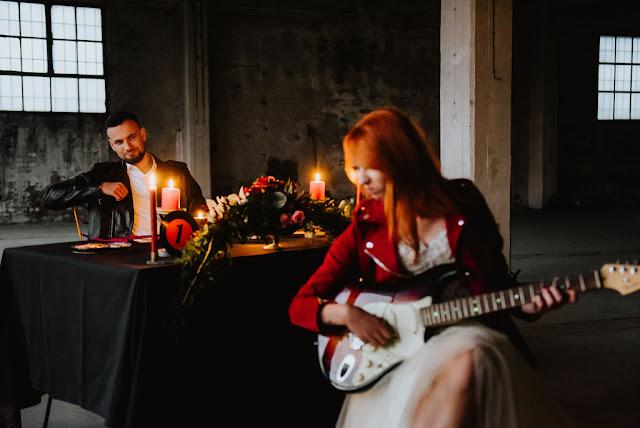 zaproszenie ze zdjęciem, muzyczne zaproszenie, płyta winylowa, winyl, minimalistyczne, rockowe zaproszenia, lata 80', gramofon, zygzak, chevron, nietypowe, 7 cali, 12 cali, zaproszenie na winylu, winylove, winyl na ślubie, weselu, dodatki ślubne, papeteria ślubna, poligrfia ślubna, zaproszenie wyjątkowe, muzyczne zaproszenie, zaproszenie w stylu rock'n'roll, zaproszenie ze zdjęciem, zaproszenie z fotografią, papier eco, ekologiczne zaproszenia, eko, odciski palców na zaproszeniu, serce z odcisków, bordowe zaproszenia, bordowe dodatki, jesienne zaproszenia, jesienne dodatki