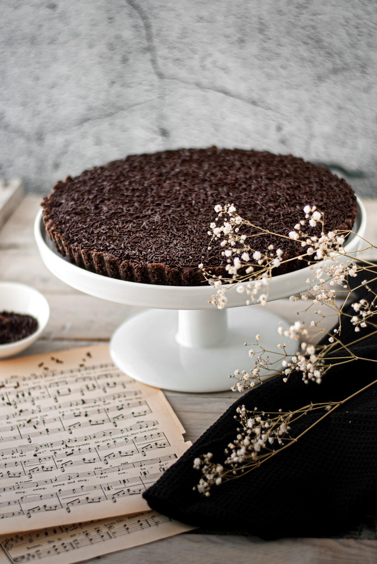 Tarte de brigadeiro de chocolate coberta de granulado de chocolate