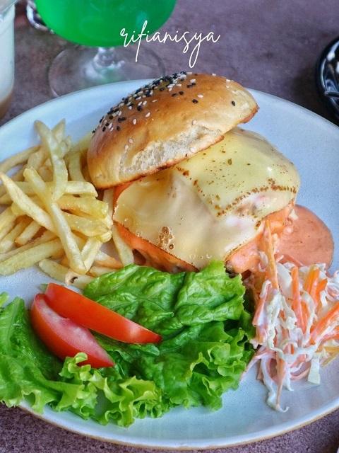 beef-burger-lokanoa-western-food-di-jogja