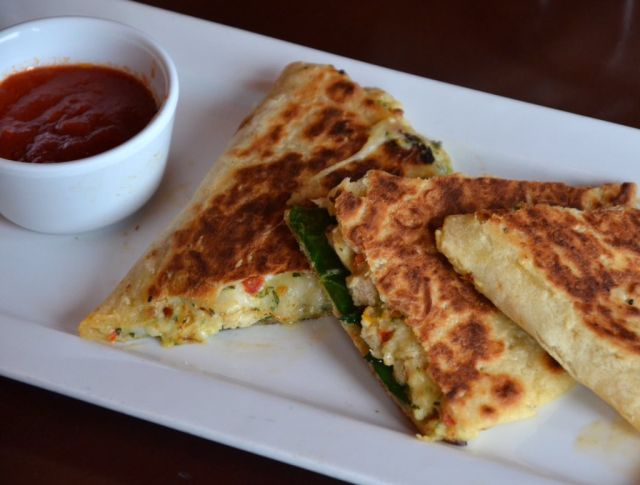 Olive garden 39 s debuts new italian quesadilla brand eating for Olive garden chicken flatbread