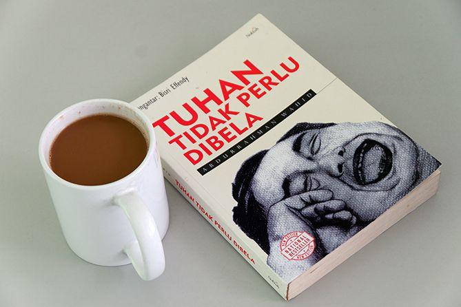 Membaca buku Gus Dur sembari menyesap kopi