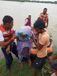 चम्बल नदी किनारे बसे ग्रामीणों को रेस्क्यू टीम ने पहुंचाया सुरक्षित