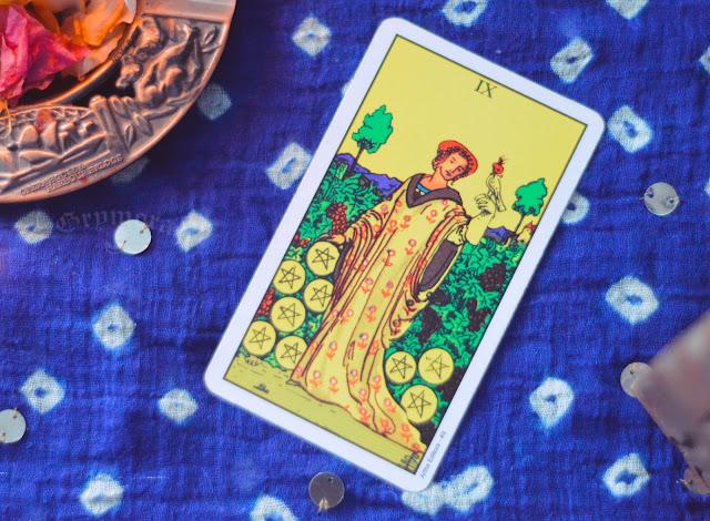 Saiba o significado da Carta do 9 de Ouros no Tarot do amor, dinheiro e trabalho, na saúde, como obstáculo ou invertida e como conselho.