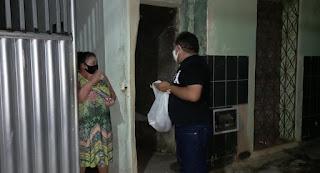 Nal distribui lembrancinhas para as mães nas ruas de Guarabira!