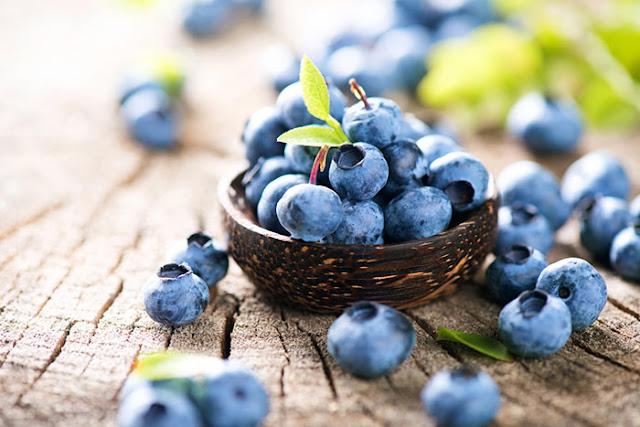 تفتيح البشرة ماسك التوت الأزرق (العنب البرى ):