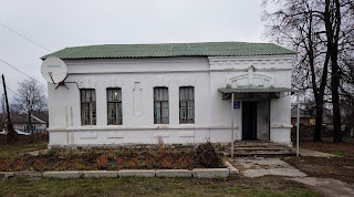 Прилуки. Службова залізнична будівля і бібліотека