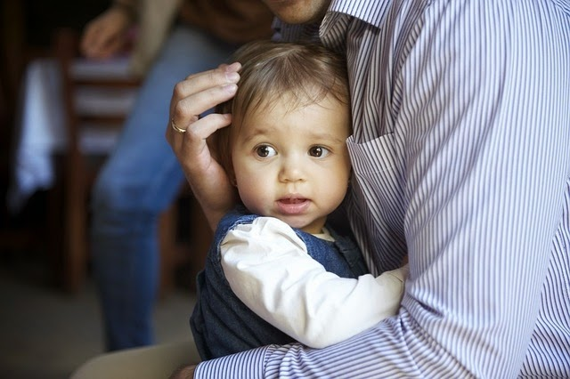 Vater tröstet Kind