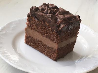 Ciasto czekoladowe z kremem i rodzynkami w czekoladzie