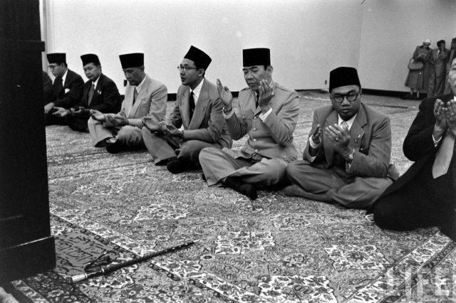 """Membongkar Alasan Soekarno Pernah Gaungkan Presiden Harus Islam"