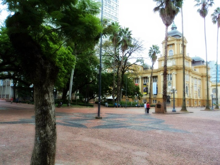 Praça da Alfândega e MARGS, ao fundo. Em Porto Alegre