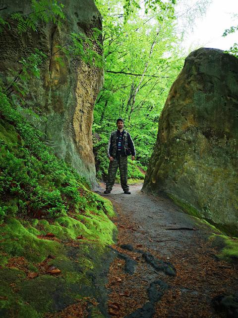 Проход между двумя скалами
