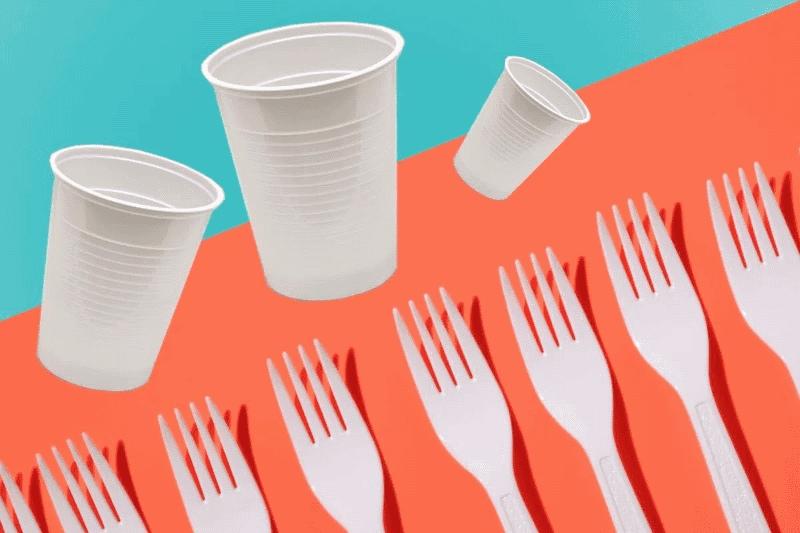 Copos e talheres descartáveis de plástico
