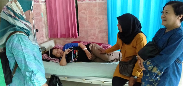 Peduli Sesama, Ketua Persit Ranting 3 Koramil Banjarsari  Kodim Solo Besuk Istri Anggota Yang Sakit