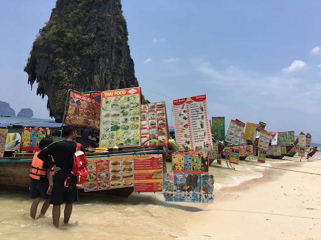 ที่หาดถ้ำพระนางไม่อนุญาตให้วางของขายบนชายหาด ชาวบ้านจากฝั่งอ่าวพระนาง จึงใช้เรือบรรทุกอาหารต่างๆ แล้วแล่นเรือมาขายที่นี่ทุกวัน