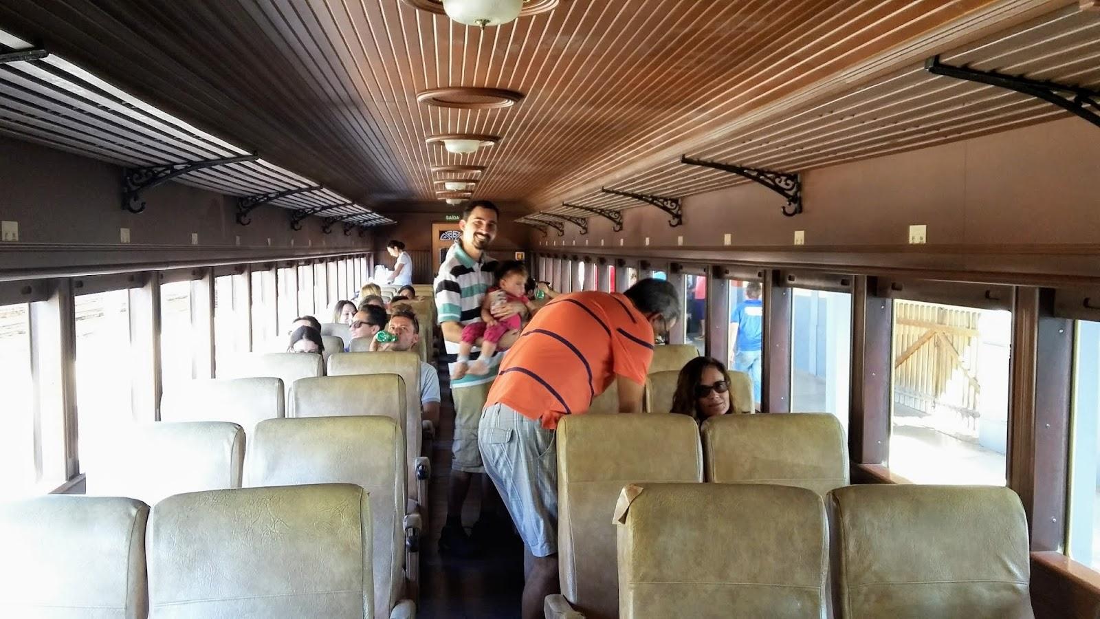 Interior do vagão de passageiros da Maria Fumaça - Primeira Classe