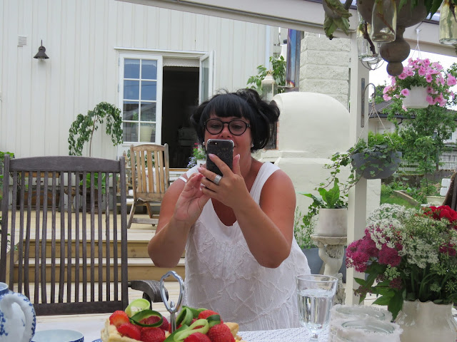 Herlige Hanne mens hun tar bildet av meg. Furulunden på besøk hos HuniHusgaarden.