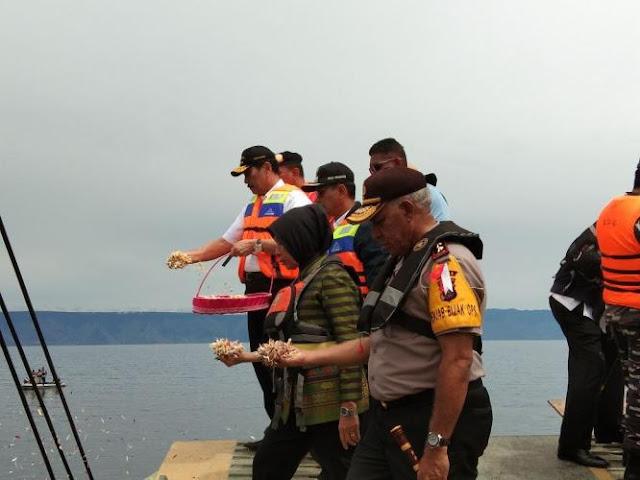 Tabur Bunga, Luhut: 59 Pelabuhan di Sekitar Danau Toba akan Ditertibkan