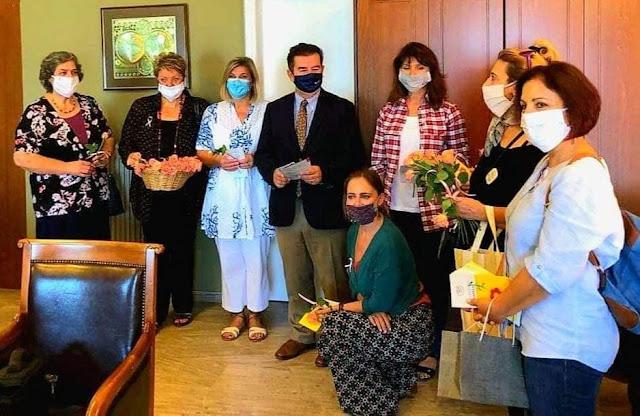 Ροζ τριαντάφυλλα στις γυναίκες υπαλλήλους της Περιφερειακής Ενότητας Αργολίδας