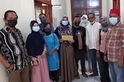 sejumlah organisasi penggiat sosial di Tembilahan Serahkan Bantuan Kepada Siti Mardiah