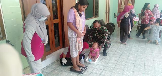 Babinsa Bersama Kader Posyandu Cek Kesehatan Balita