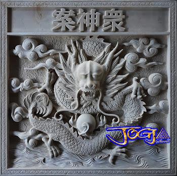 Ukiran relief untuk hiasan tempel pada dinding yang di buat dari batu alam putih gambar naga