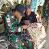 Kebersamaan TNI Bersama Masyarakat Perbatasan Membuat Kerajinan Dari Daun Lontar