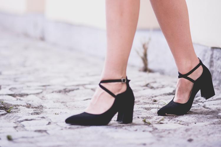 buty zapinane na kostce słupek niski czarne zamsz blog