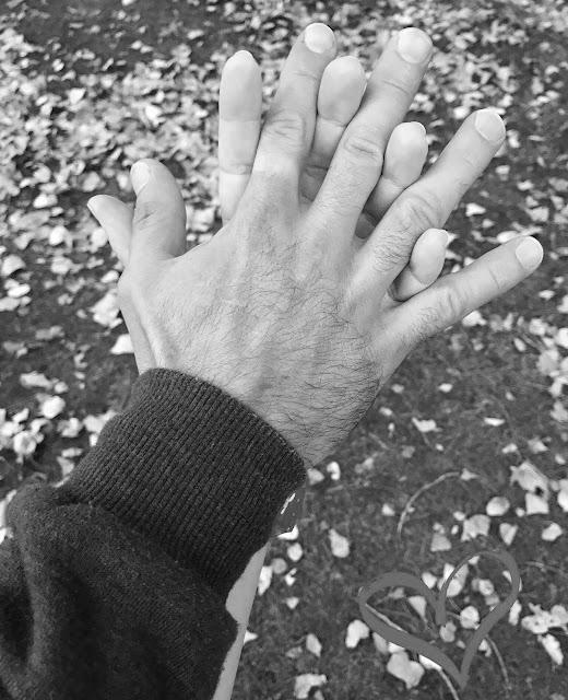 Uma lufada de romantismo mãos dadas