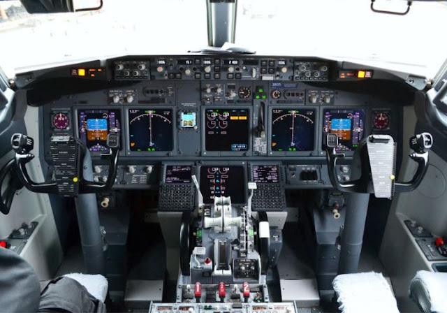 Boeing 737-900 cockpit