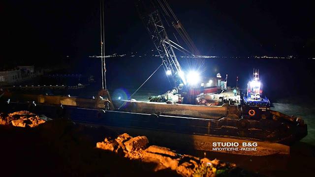 Ολονυχτίες προσπάθειες για να ξεκολλήσει η φορτηγίδα που προσάραξε στο Ναύπλιο (βίντεο)