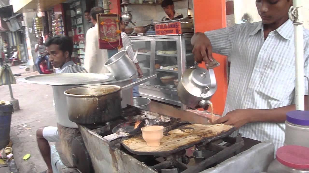 Местный чай в глиняных кружках в городе Варанаси, Индия