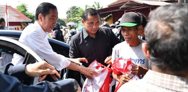 Kerumunan Terjadi Lagi Saat Jokowi Bagikan Sembako, Demokrat: Harusnya Bapak Jadi Teladan
