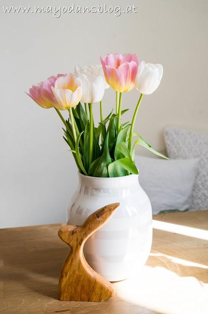 Tulpen in der Vase mit Osterdekoration
