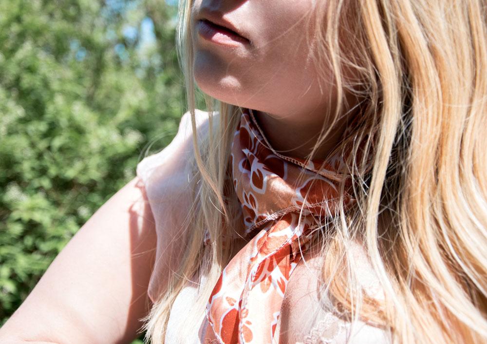 różowa zwiewna sukienka na lato i apaszka trendy 2018 blog