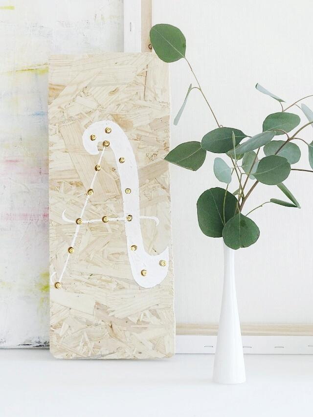 DIY-Lampe aus einem OSB-Holzbrett, einer LED-Lichterkette und mit Handlettering verziert | www.mammilade.blogspot.de | Eukalyptus
