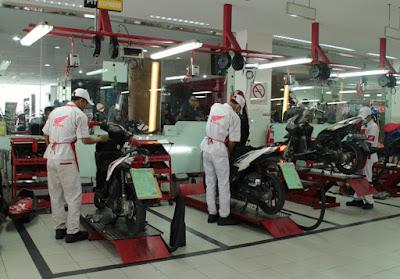 Mekanik AHASS Sedang Memperbaiki Motor Honda