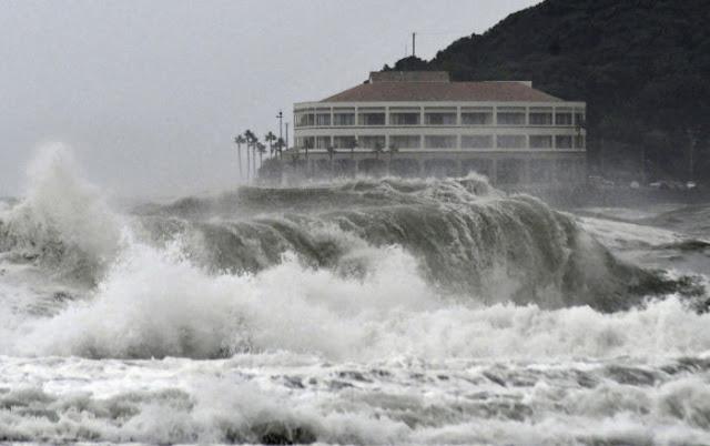 Най-мощният от десетилетия тайфун в Япония, потопи Панамски кораб в пристанището на Токио