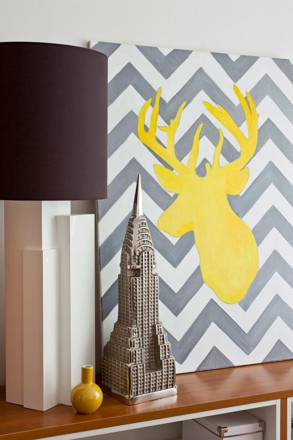 Białe mieszkanie z szarymi i żółtymi dodatkami, wystrój wnętrz, wnętrza, urządzanie domu, dekoracje wnętrz, aranżacja wnętrz, inspiracje wnętrz,interior design , dom i wnętrze, aranżacja mieszkania, modne wnętrza, styl klasyczny, styl nowoczesny, żółte dodatki,