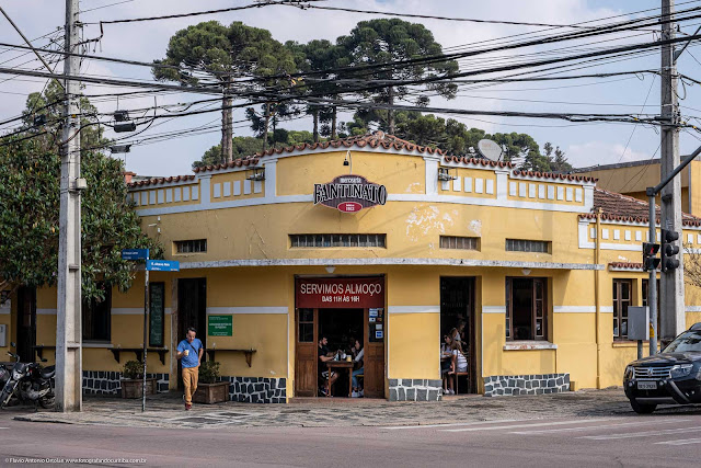 Casa na Rua Mateus Leme, esquina com a Rua Albano Reis, com pinheiros ao fundo.