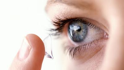 العدسات اللاصقة ومتي يمكن استعمالها على العينين والانواع المتوفرة