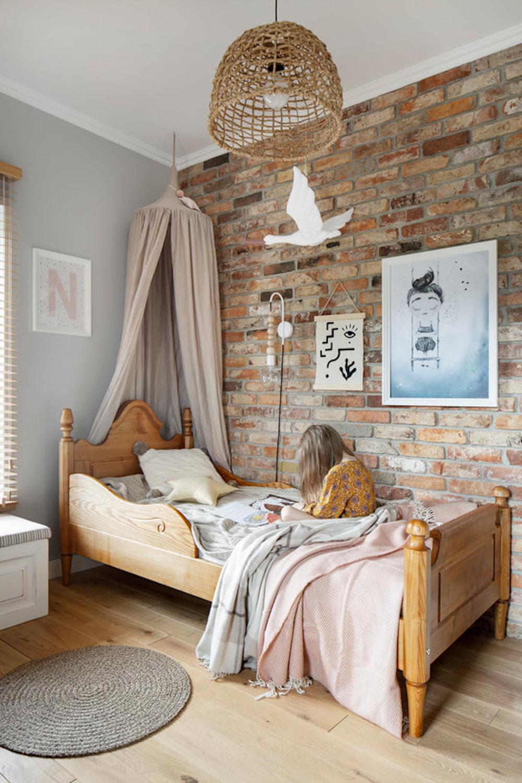 Dormitorio infantil con pared de ladrillo visto
