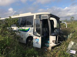 Ônibus bate em cavalo, sai da pista e cai em ribanceira na BR-230, em Campina Grande