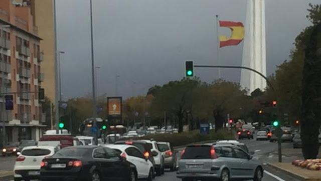 Un fuerte viento logra romper la bandera española de casi 200.000 euros en Sevilla