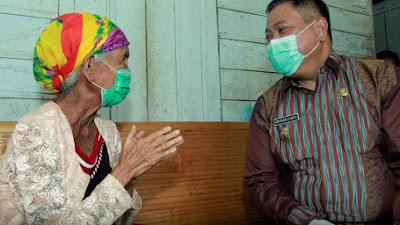Wanita Berusia 105 Tahun, Rehitna boru Karo Dikunjungi Bupati Dairi