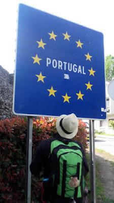 peregrina de Santiago olhando para placa de Portugal