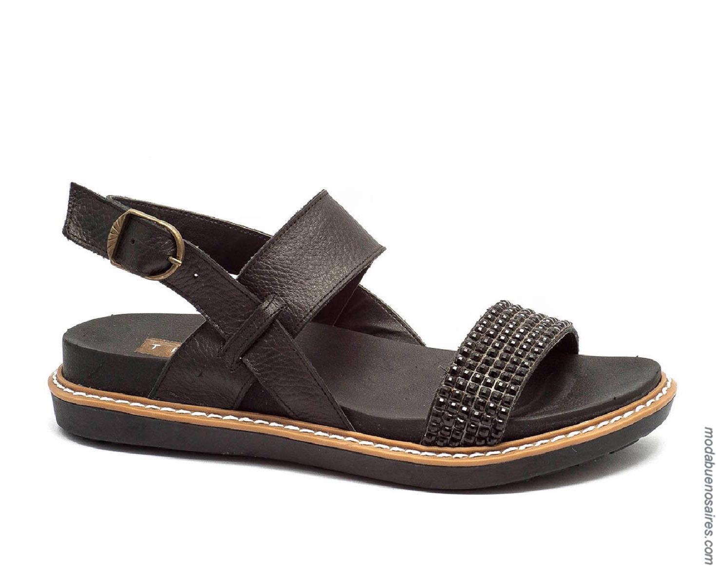 Sandalias negras y cómodas de mujer primavera verano 2020.